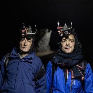 Zwei Männer mit Nachtsichtgeräten, Theaterkollektiv Follow the Rabbit