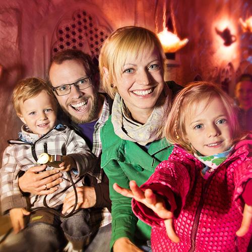 Familie in der Grazer Märchenbahn