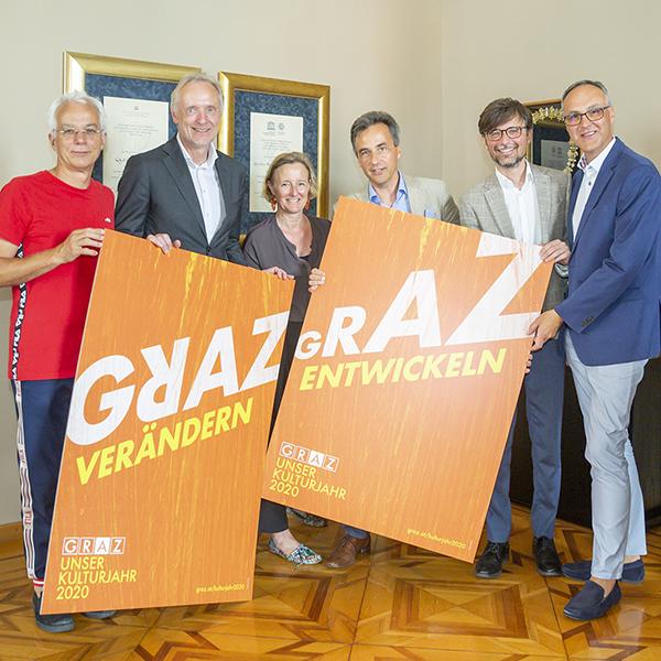 Kulturjahr 2020: Das Team hält die Kulturjahr-Sujets hoch